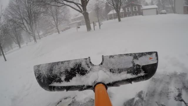 vídeos de stock e filmes b-roll de shoveling snow point of view pov - pá para neve