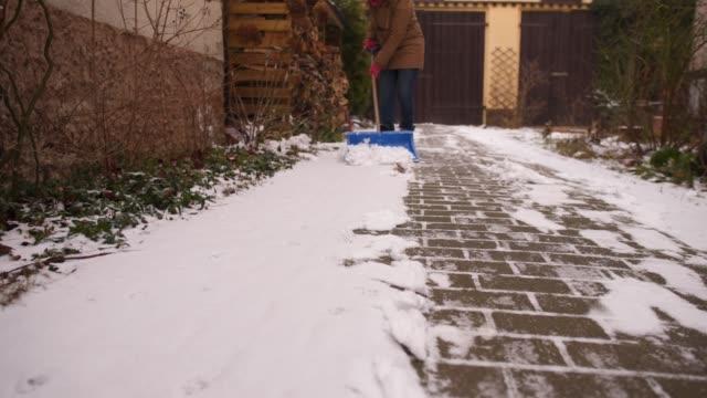 shoveling snow. - 30代点の映像素材/bロール