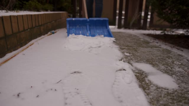 vídeos de stock e filmes b-roll de shoveling snow. - pá para neve