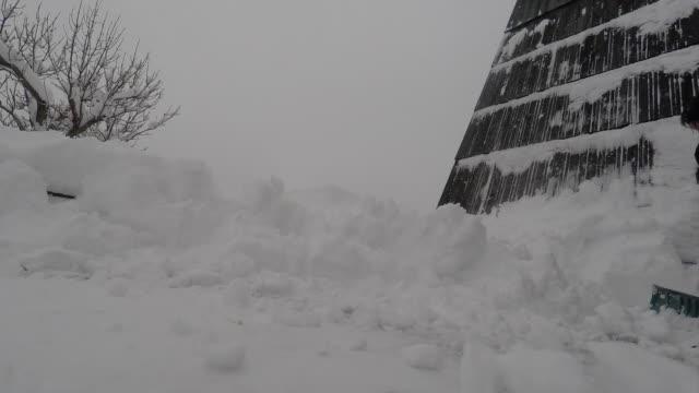 vídeos de stock, filmes e b-roll de shoveling snow - digging