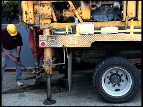 shoveling soil, earth, dirt samples from drill - letterbox format bildbanksvideor och videomaterial från bakom kulisserna