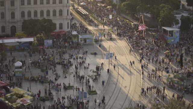 Show in Olympic Boulevard with many people