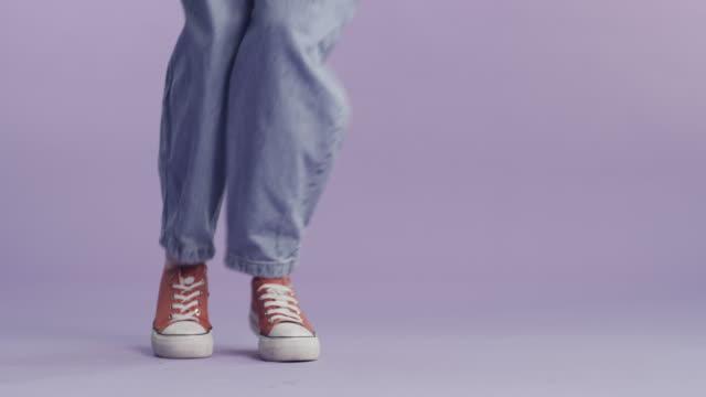 vídeos de stock, filmes e b-roll de mostre-lhes com seus pés - dançar