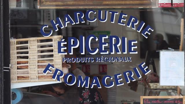 vidéos et rushes de showcase of a grocery store, delicatessen and cheese shop in paris - marchandise
