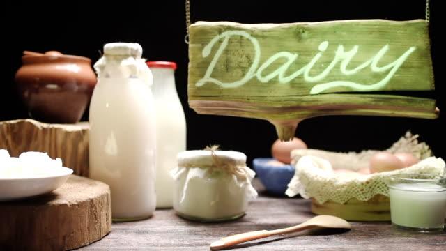 vídeos y material grabado en eventos de stock de escaparate de la tienda de leche - oficio agrícola