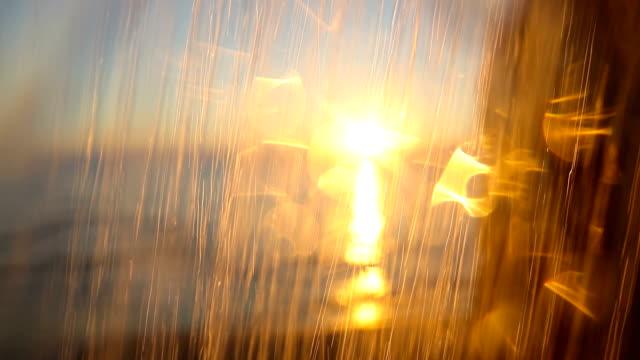Dusche sinkt mit goldenen Sonnenuntergang auf den griechischen Inseln