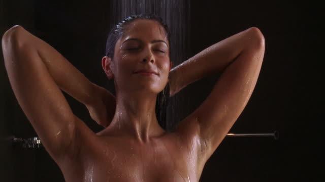 dusche - menschlicher körper stock-videos und b-roll-filmmaterial