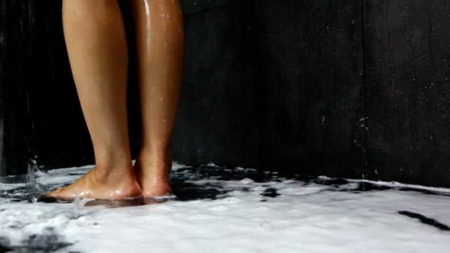 stockvideo's en b-roll-footage met showering woman legs,dolly shot - douche