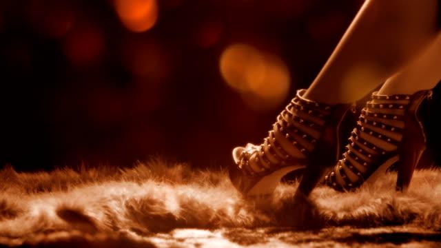 vídeos de stock, filmes e b-roll de showgirl - sadomasoquismo