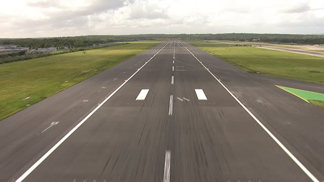showing aerial shots pov point of view cockpit shot of helicopter plane imitation landing on gatwick airport runway on october, 2012 in gatwick,... - ガトウィック空港点の映像素材/bロール