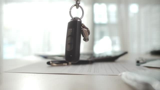 車のキーを表示する - 車のキー点の映像素材/bロール