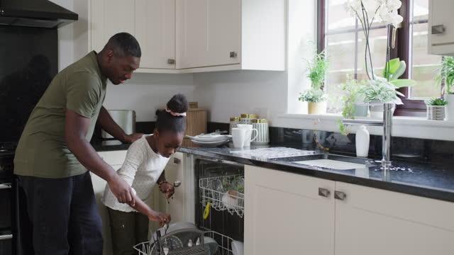 vidéos et rushes de lui montrer les ficelles du travail - lave vaisselle