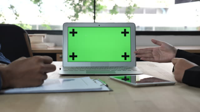 visar laptop grön skärm - oskriven bildbanksvideor och videomaterial från bakom kulisserna