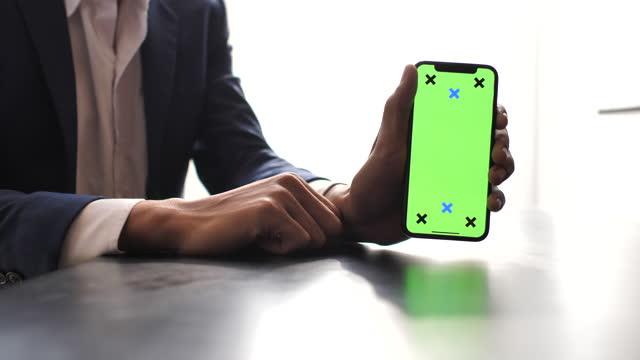 vídeos y material grabado en eventos de stock de mostrar teléfono móvil con pantalla verde - plantilla producto de arte y artesanía
