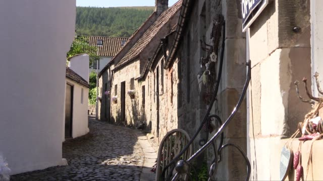 showing pretty cobbled streets and 'yes' poster in the window of one cottage. a settlement is believed to have existed at falkland prior to the 12th... - johnny cash stock videos & royalty-free footage