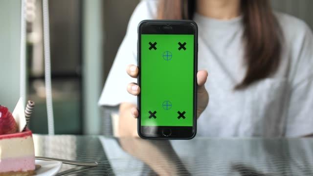 zeigt smartphone mit greenscreen - menschlicher finger stock-videos und b-roll-filmmaterial