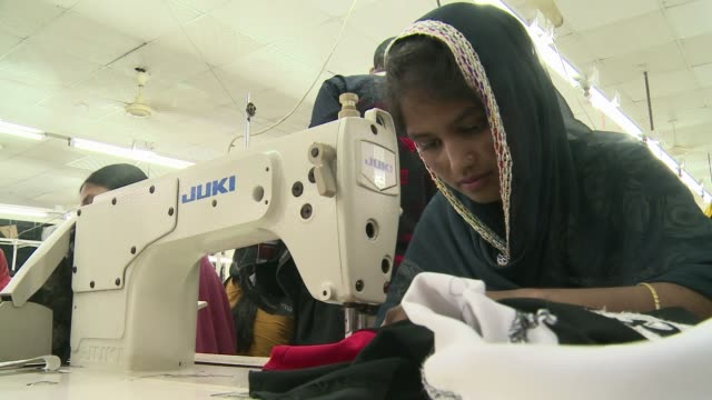 vidéos et rushes de showing substandard 'sweatshop' conditions in many factories ittle has changed since the rana plaza disaster and some companies have not signed up to... - bangladesh