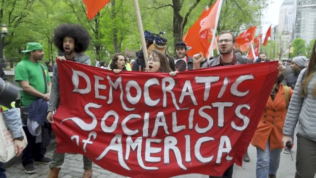 vídeos y material grabado en eventos de stock de shown here are members of the democratic socialists of america. new york city international workers day demonstrators gathered at columbus circle... - democracia