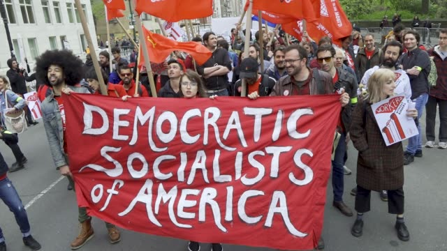 vidéos et rushes de shown here are members of the democratic socialists of america new york city international workers day demonstrators gathered at columbus circle 59th... - socialisme