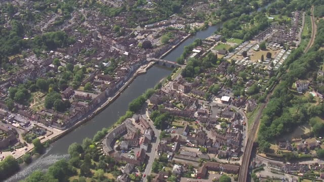 shows aerial shots bewdley in worcestershire, river severn running through middle of town, waterfront properties and bridge with traffic driving... - spring flowing water stock videos & royalty-free footage