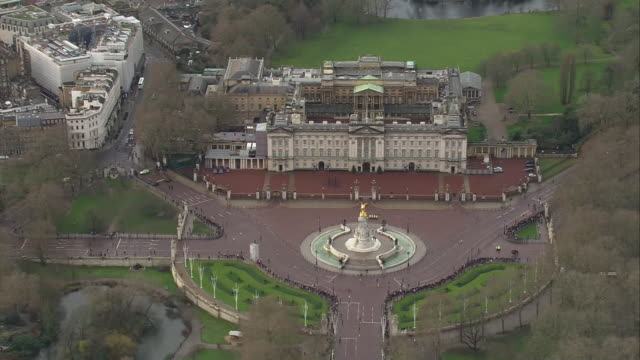shows aerial shots buckingham palace and the end of the mall on winter's day. after winning last week's election, boris johnson will put brexit and... - bonding stock videos & royalty-free footage