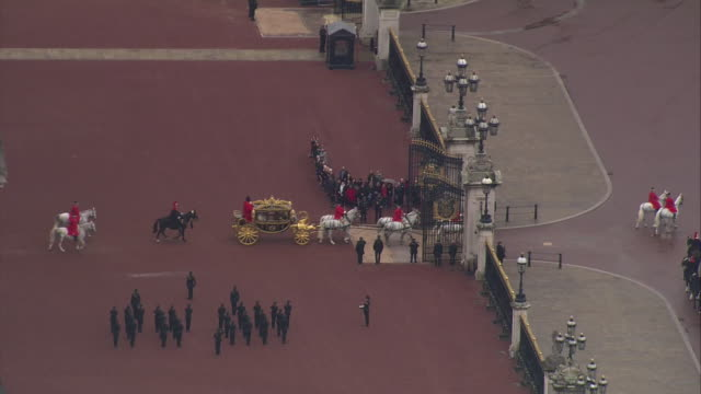 shows aerial shots carriage containing queen elizabeth ii camilla duchess of cornwall and prince charles prince of wales departing buckingham palace... - britisches parlament stock-videos und b-roll-filmmaterial