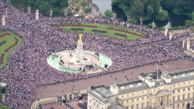 vídeos de stock e filmes b-roll de shows aerial shots crowds gathered in front of buckingham palace and along the mall after the raf 100 flypast to start the queen and senior royals... - centenário