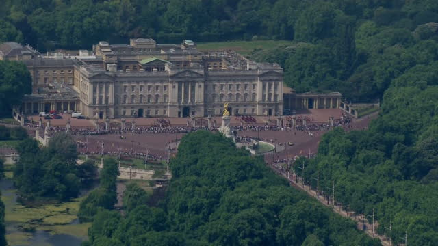 shows aerial shots pan into coldstream guards assembled in courtyard of buckingham palace before the state opening of parliament the queen's speech... - the queen's speech state opening of uk parliament stock videos & royalty-free footage