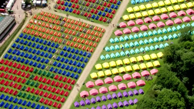 vidéos et rushes de shows aerial wide shots glastonbury music festival varying ways of camping - caravans, organised tents, bring your own tents . ever since the heady... - audience de festival