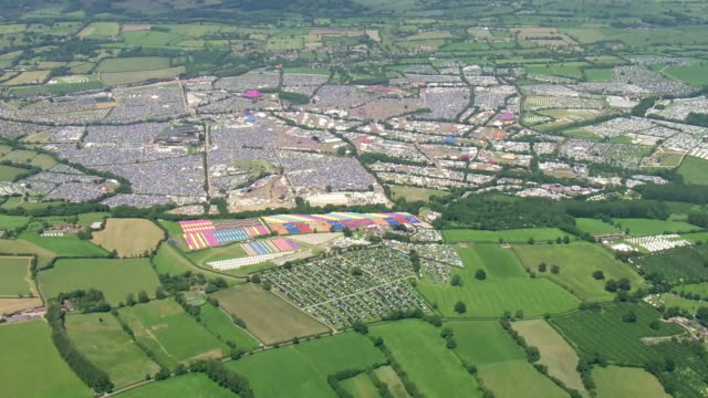 vidéos et rushes de shows aerial wide shots glastonbury music festival with tents and performance areas spread across fields. ever since the heady days of woodstock,... - audience de festival