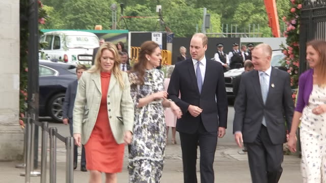 shows catherine, duchess of cambridge and prince william, duke of cambridge arriving at the rhs chelsea flower show, in london on monday 20th may,... - festival dei fiori di chelsea video stock e b–roll