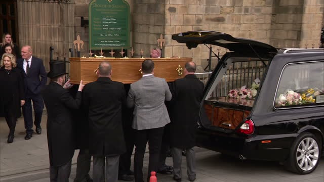 shows coffin carrying liz dawn carried out of salford cathedral the funeral of liz dawn who played vera duckworth on coronation street took place at... - ソープオペラ点の映像素材/bロール