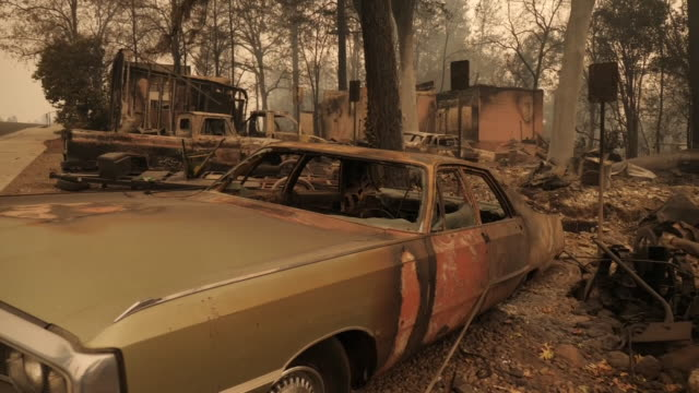 vídeos de stock, filmes e b-roll de shows driving shots heading towards the town of paradise, california, with clouds of orange smoke filling the air and obscuring the sun, and burnt... - 2018