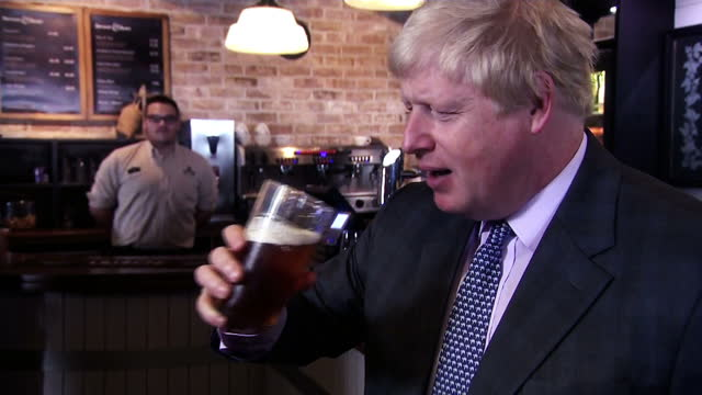 shows exterior and interior sequence of shots of boris johnson repeating and defedning the claim of an extra 350 million pounds for the nhs during... - boris johnson stock-videos und b-roll-filmmaterial