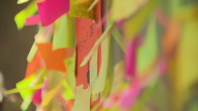 vídeos de stock e filmes b-roll de shows exterior close up shots post-its with messages of support left after terror attack on la rambla street in barcelona on 18th august, 2017 in... - papel adesivo