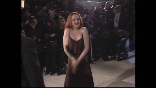 shows exterior night shots actress mena suvari arriving and posing for photos at the vanity fair oscars party, on 26th march 2001 in los angeles,... - vanity fair stock videos & royalty-free footage