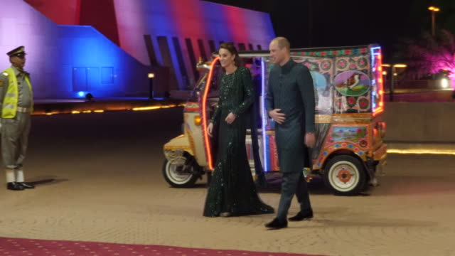 vídeos y material grabado en eventos de stock de shows exterior night shots prince william duke of cambridge and his wife catherine duchess of cambridge, arriving in a tuk- tuk, for a special... - pakistán