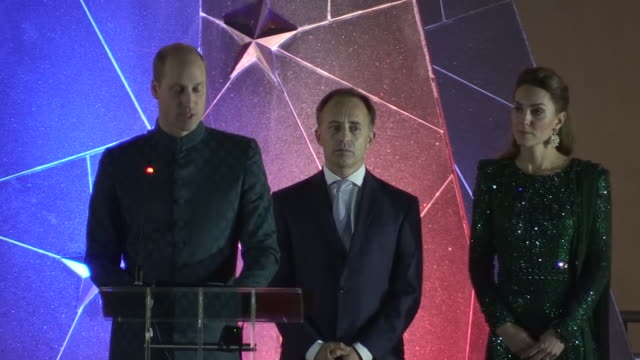 vídeos y material grabado en eventos de stock de shows exterior night shots prince william duke of cambridge and catherine duchess of cambridge arriving for evening event in a tuk tuk wearing... - pakistán