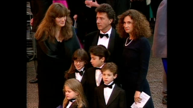 vídeos de stock e filmes b-roll de shows exterior shots actor dustin hoffman arriving with his family and posing for photos at the royal premiere of the film 'hook' on april 07 1992 in... - robin williams ator