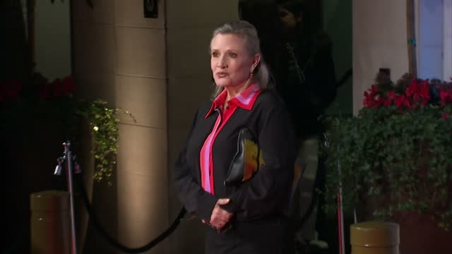 vídeos y material grabado en eventos de stock de shows exterior shots actress carrie fisher posing for photos on red carpet on arrival at grosvenor house hotel for bafta awards after party. the 2016... - hotel grosvenor house londres
