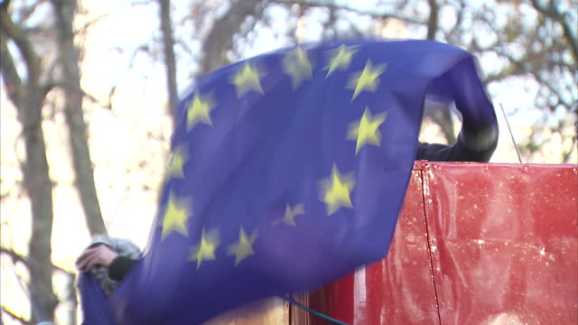 vídeos de stock, filmes e b-roll de shows exterior shots antibrexit protesters from the 'britain for europe' campaign dressed as judges holding eu flags standing on top of red open top... - brexit