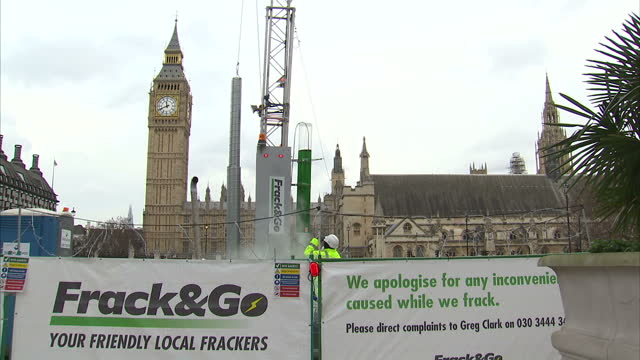 shows exterior shots anti-fracking protest in parliament square outside the houses of parliament in london, with large mock up of fracking drilling... - protesta anti fracking video stock e b–roll
