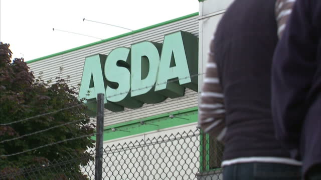 stockvideo's en b-roll-footage met shows exterior shots asda depot milk farm protester at blockade with dairy cow on august 09 2015 in wigan united kingdom - dairy product