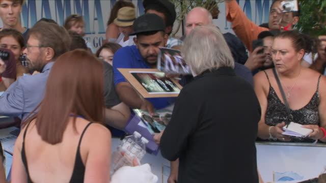 vídeos de stock e filmes b-roll de shows exterior shots benny andersson and bjorn ulvaeus signing autographs at the 'blue' carpet british premiere of the film sequel mamma mia here we... - premiere