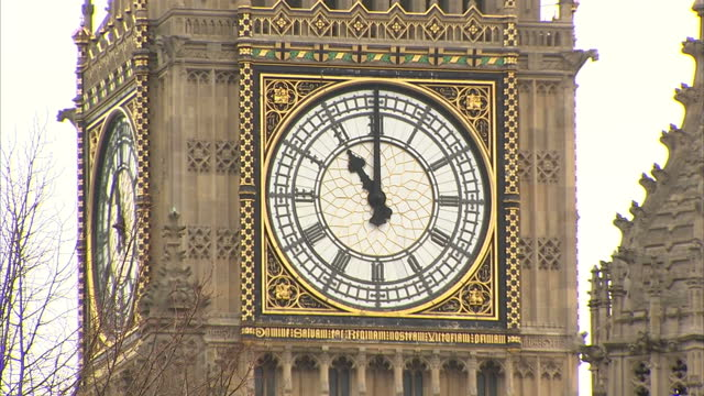 vídeos de stock, filmes e b-roll de shows exterior shots big ben clock tower face showing the hands moving from 1059 to 1102 on november 11 2015 in london england - moving activity
