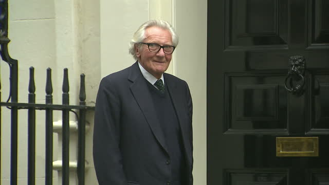 vídeos de stock e filmes b-roll de shows exterior shots british politician michael heseltine arriving in downing street and posing for photo before entering no 11. the prime minister... - eastern european culture