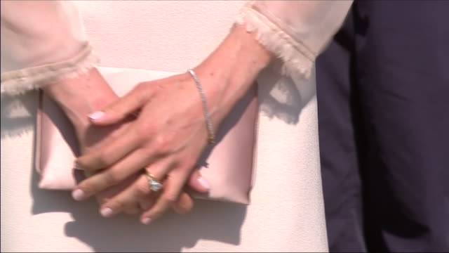 vídeos de stock e filmes b-roll de shows exterior shots close up meghan markle duchess of sussex hands with engagement and wedding rings on finger holding clutch bag at an official... - anel joia