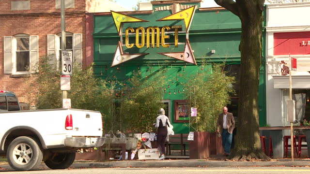 shows exterior shots comet pizzeria, that was attacked by a gunman inspired by fake paedophile ring story. exterior shots police car outside... - künstlich stock-videos und b-roll-filmmaterial