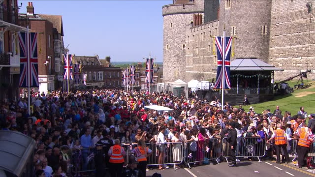 shows exterior shots crowds gathered in windsor following the wedding of prince harry duke of sussex and meghan markle on the 19th may 2018 in... - königliche hochzeit stock-videos und b-roll-filmmaterial