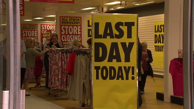 vídeos de stock, filmes e b-roll de shows exterior shots customers inside bhs store in york on final day of trading interior shots closing down posters and price reduction signs as... - último dia